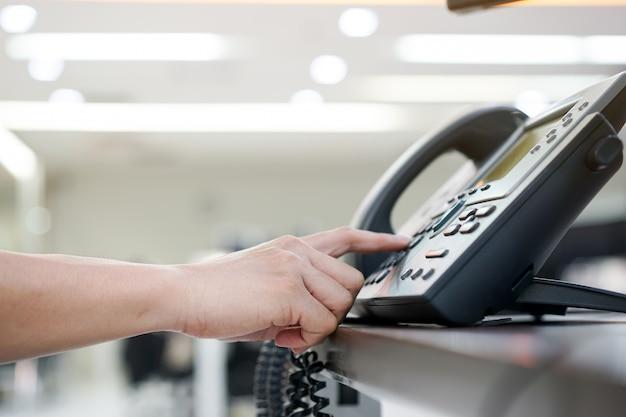 Fermer la main en appuyant sur le numéro de téléphone pour composer et contacter Photo Premium