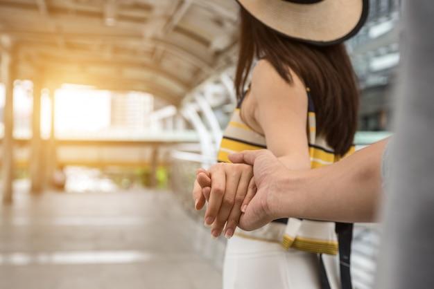 Fermer les mains des hommes et des femmes tenant ensemble. Photo Premium