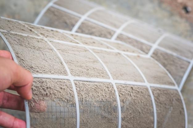 Fermer la poussière sale sur le filtre du climatiseur Photo Premium