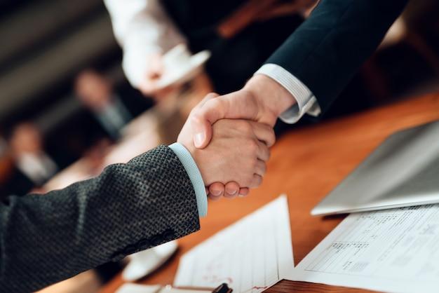 Fermer. rencontre avec des hommes d'affaires chinois en costume. Photo Premium