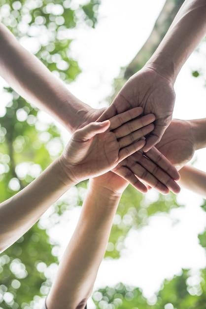 Fermer le travail d'équipe des étudiants d'équipe pile mains ensemble. startup, concept de réussite. Photo gratuit
