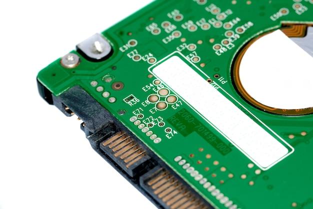 Fermer la vue en détail d'un disque dur d'ordinateur portable isolé sur fond blanc. Photo Premium