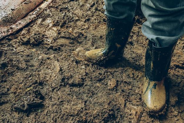 Fermez la botte de pluie en caoutchouc avec de la boue ou un endroit sale. Photo Premium