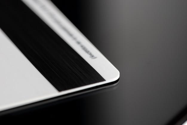 Fermez la carte bancaire. concept de titulaire de la carte de confidentialité. concept de trésorerie virtuelle. transactions. Photo Premium