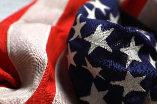 Fermez les étoiles sur le drapeau américain couché librement. Photo Premium