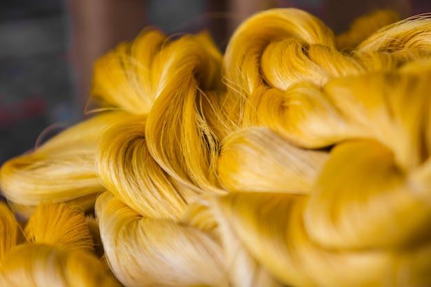 Fermez la fibre lustrée de fil de soie produite par les vers à soie. Photo Premium