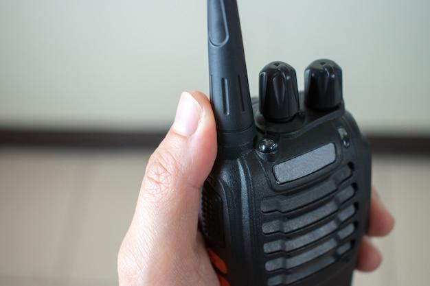 Fermez la main en utilisant la communication radio. Photo Premium