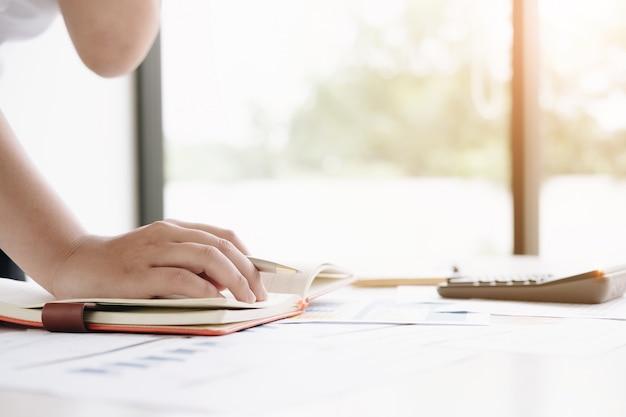 Fermez les mains de l'inspecteur financier pour établir un rapport, calculer ou vérifier le solde. Photo Premium