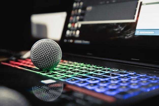 Fermez le micro dans le studio. Photo Premium