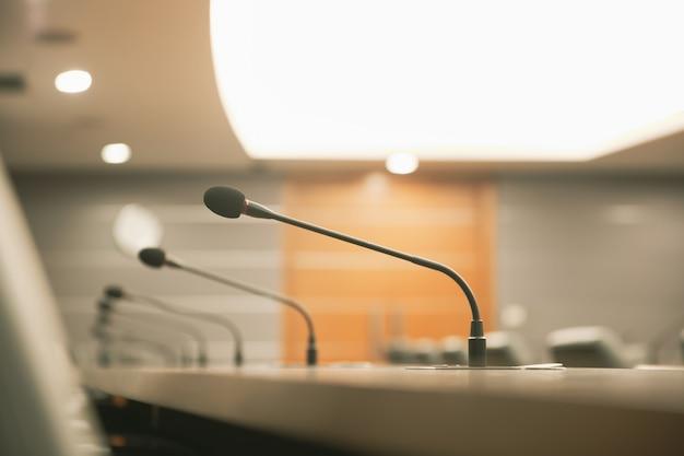 Fermez Le Microphone De Conférence Sur La Table De Réunion Ou La Salle De Conférence. Photo Premium