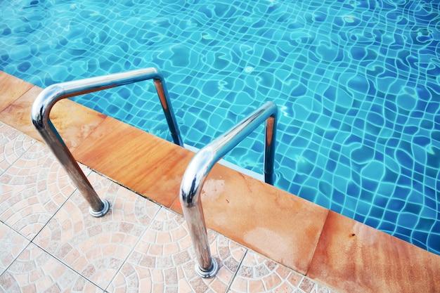 Fermez la poignée à côté de la piscine dans l'hôtel. Photo Premium