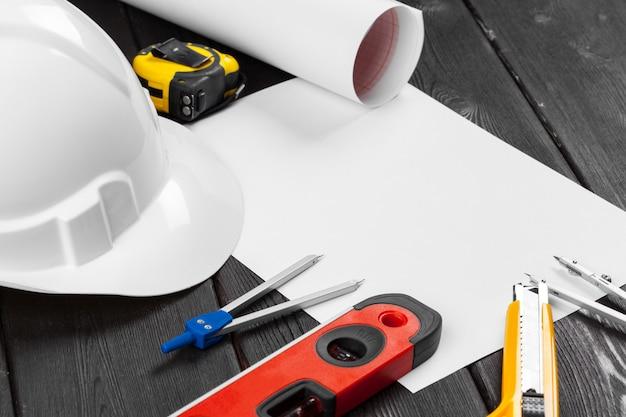 Fermez votre casque blanc et divers outils de réparation avec un espace de copie au centre Photo Premium