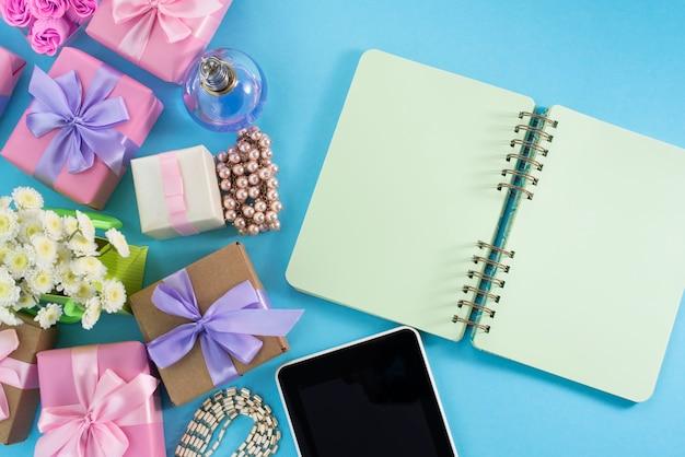 Festif fond boîte cadeau satin ruban arc fleur bijoux perle carnet tablette fond bleu Photo Premium