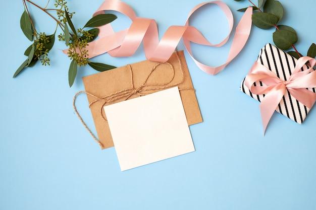 Festif Fond Avec Enveloppe, Carte De Voeux Et Fleurs. Photo Premium