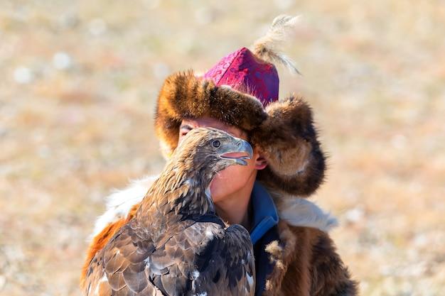Festival De L'aigle Royal. Portrait De L'aigle Royal. Mongolie Occidentale Photo Premium