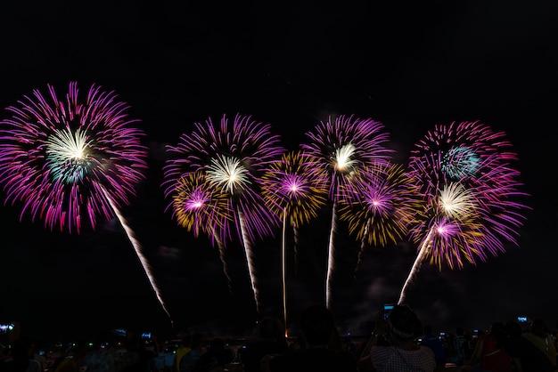 Festival de feux d'artifice à pattaya, thaïlande Photo Premium
