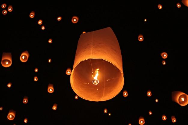 Festival de feux d'artifice de yee peng à chiang mai thaïlande Photo Premium