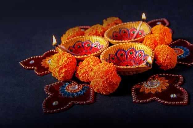Festival indien diwali, lampe diwali et fleur de rangoli Photo Premium