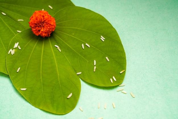 Festival Indien Dussehra, Feuille Verte, Riz Et Fleurs Photo Premium
