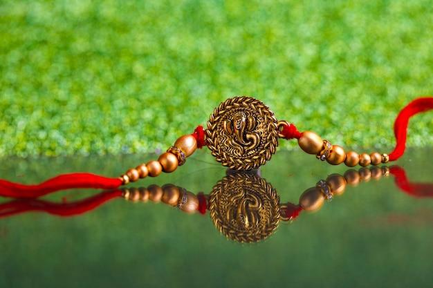 Festival indien raksha bandhan, designer coloré rakhi ou bande de poignet Photo Premium