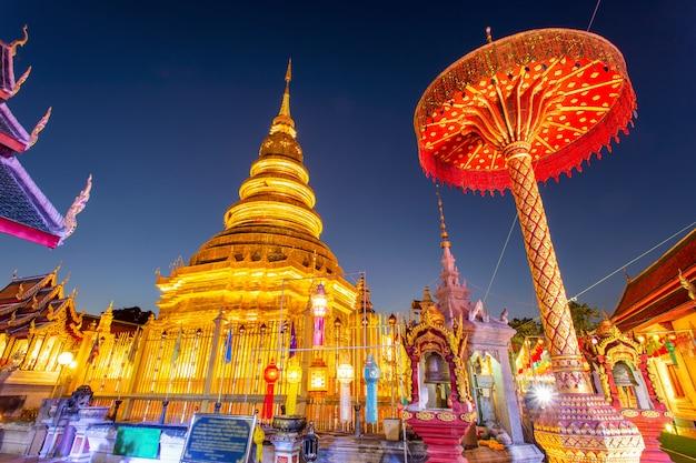 Festival de lampes colorées et lanterne à loi krathong au wat phra that hariphunchai Photo Premium