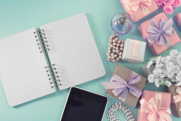 Festive Fond Affiche Boîte Cadeau Ruban De Satin Ruban Bouquet De Fleurs Bijoux Perle Carnet Tablette Smartphone Fond Bleu. Photo Premium