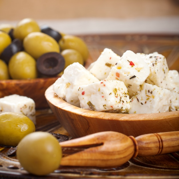 Feta en cubes aux olives Photo Premium