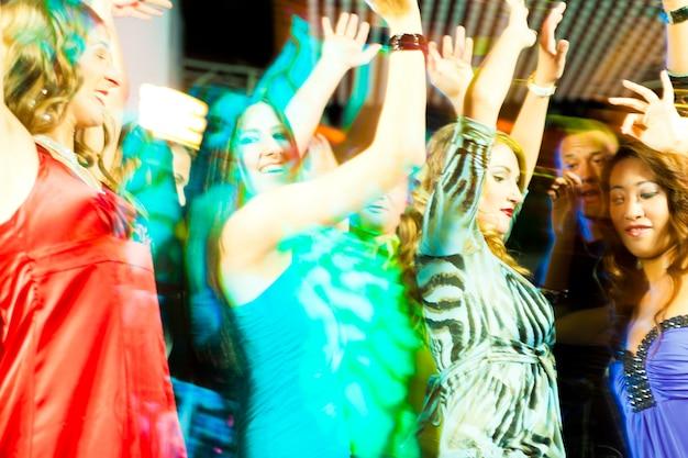 Fêtards dansant en discothèque ou en club Photo Premium
