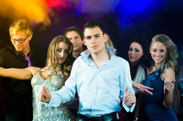 Fêtards danser dans une discothèque Photo Premium