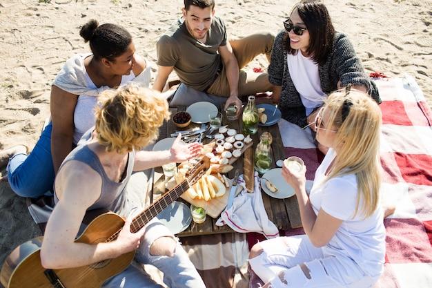Fête avec des amis à la plage Photo gratuit
