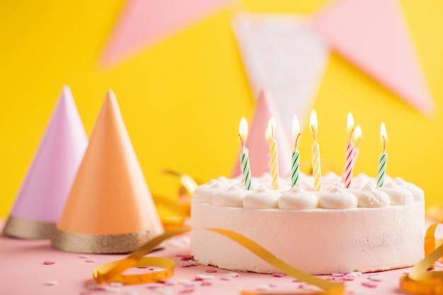 Fête anniversaire fond avec gâteau Photo Premium