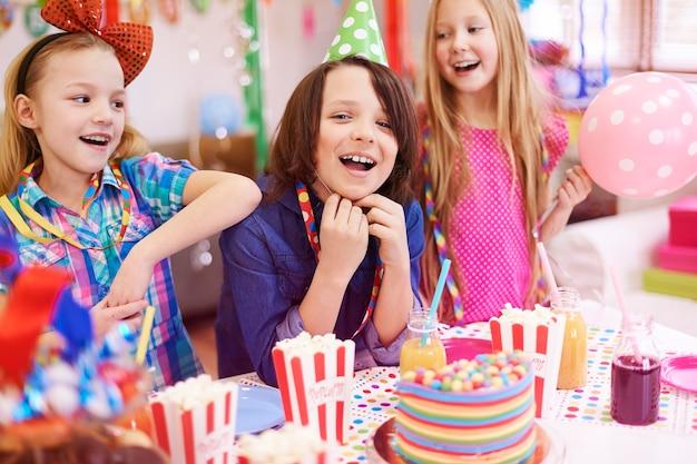 Fête D'anniversaire Uniquement Avec Les Meilleurs Amis Photo gratuit