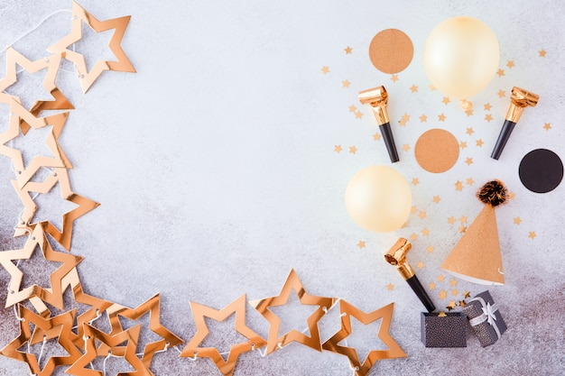 Fête, Carnaval, Festival Et Anniversaire Fond D'or Avec Ballon, Banderoles Colorées Et Confettis. Photo Premium