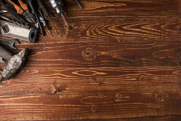 Fête du travail de fond - de nombreux outils pratiques, sur la vue de dessus de fond en bois avec fond. Photo Premium