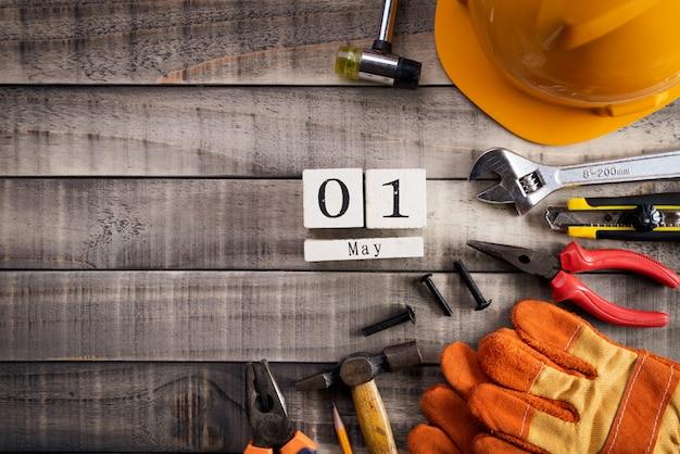 Fête du travail, de nombreux outils utiles sur la texture de fond en bois. Photo Premium