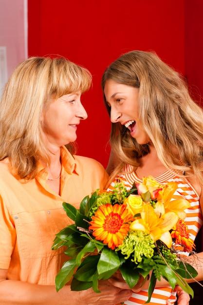 Fête des mères ou anniversaire - fleurs et femmes Photo Premium