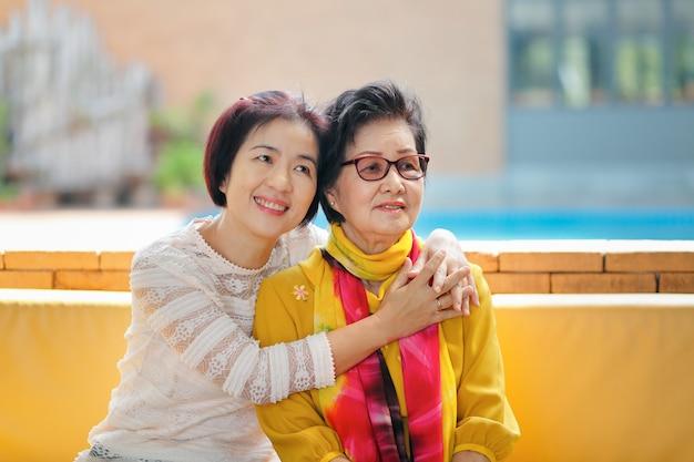 La Fête Des Mères Est Une Célébration En L'honneur De La Mère De Famille Photo Premium