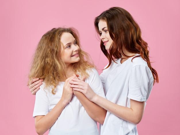 Fête Des Mères, Une Jeune Femme Avec Un Enfant Posant Avec Des Fleurs, Un Cadeau Pour La Fête Des Femmes Et La Fête Des Mères Photo Premium