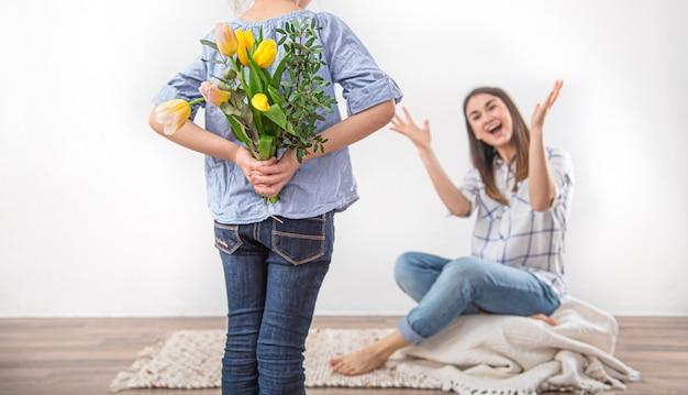 Fête Des Mères, Une Petite Fille Offre à Sa Mère Un Bouquet De Tulipes. Photo gratuit