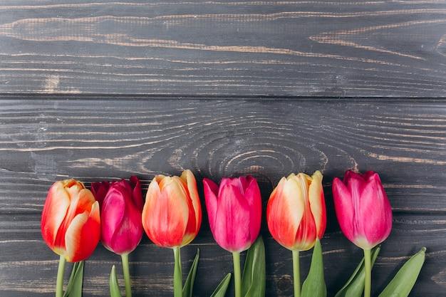 Fête des mères. saint valentin. anniversaire. tulipes roses avec espace de copie. Photo Premium