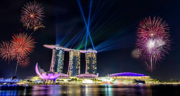 Fête nationale à singapour, beau feu d'artifice à marina bay Photo Premium