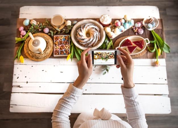 Fête De Pâques. Photo De Votre Téléphone, Table Magnifiquement Conservée, Pour Un Déjeuner Ou Un Petit-déjeuner Festif De Pâques. Photo gratuit