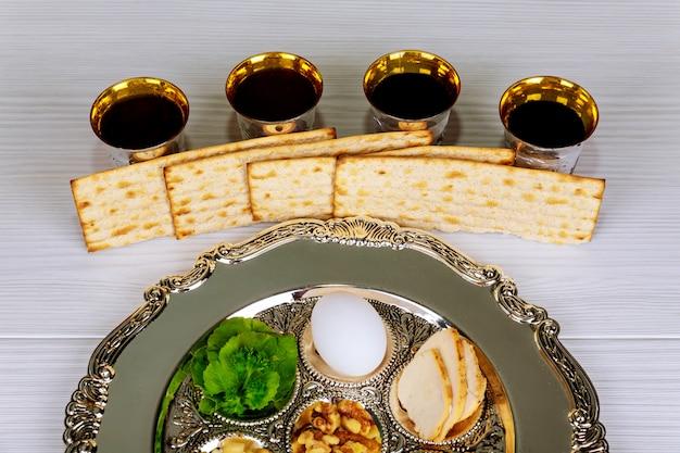 Fête de pessa'h texte de la plaque de pesah traditionnelle en hébreu: pâque, œuf, Photo Premium