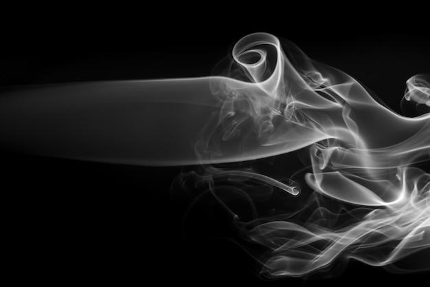 Feu Pour Résumé De Fumée Blanche Sur Fond Noir. Concept De Drakness Photo Premium