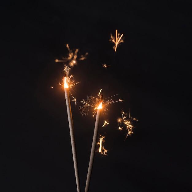 Le feu scintille sur le fond Photo gratuit