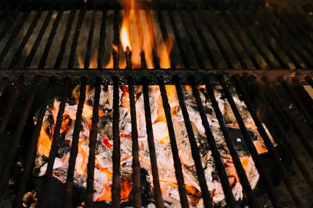 Feu se préparant pour griller au charbon Photo gratuit
