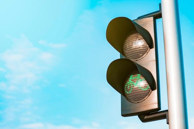 Feu de signalisation vert avec ciel sur l'arrière-plan Photo Premium