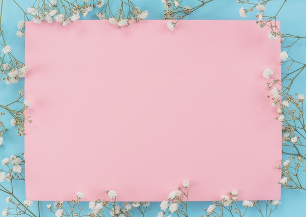 Feuille de cadre avec des fleurs Photo gratuit