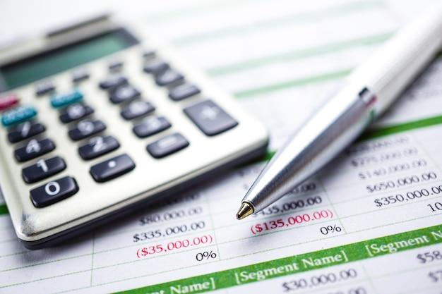 Feuille de calcul calculatrice, tableaux et graphiques. finance, compte, statistiques et affaires Photo Premium