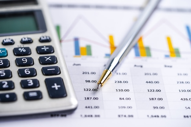 Feuille de calcul, graphiques et graphiques. finances, comptes, statistiques et affaires. Photo Premium
